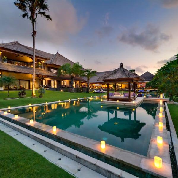 Vue piscine et villa