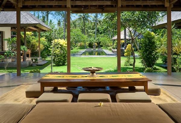 Bali Maison : salon et vue sur jardin et piscine